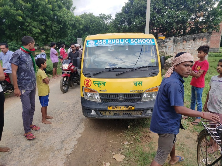 वाराणसी में स्कूल वाहन के चालक की हद दर्जे की लापरवाही, बाल-बाल बचे बच्चे; हादसे के बाद आरोपी भागा|वाराणसी,Varanasi - Dainik Bhaskar