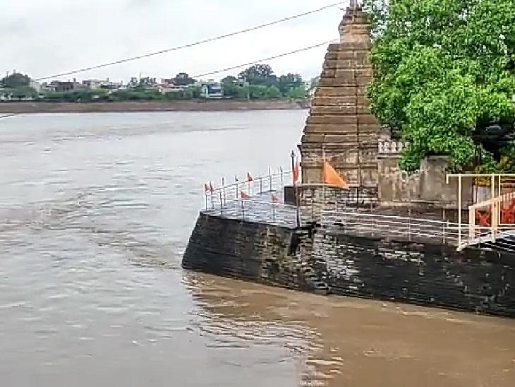 राजिम त्रिवेणी संगम में बना कुलेश्वर महादेव मंदिर तक जाने का रास्ता पूरी तरह डूब चुका है।