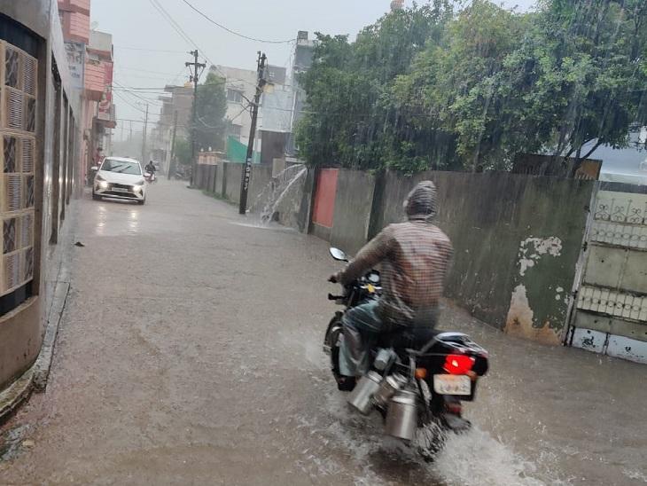 धमतरी शहर की सड़कों पर इस तरह पानी जमा हो गया है।