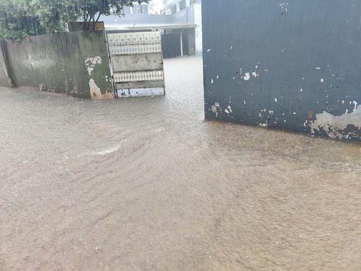 धमतरी में घरों में घुसा बरसाती पानी।