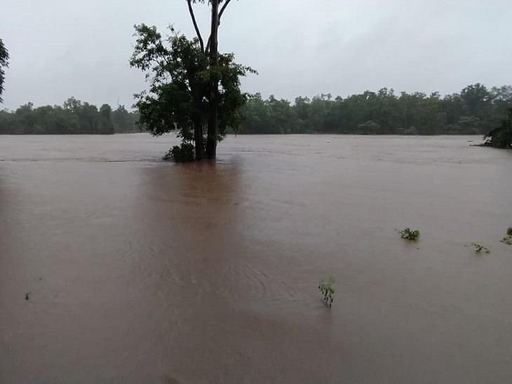 प्रसिद्ध पर्यटन स्थल घटारानी के पास बाढ़ का भयावह रूप।
