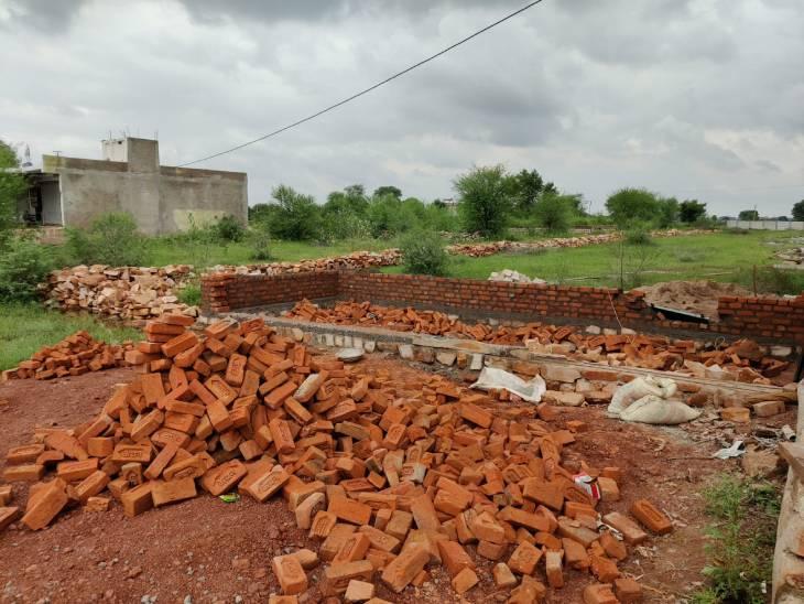 लाइसेंसी रिवॉल्वर दिखाकर होटल व्यवसायी ने किया जमीन पर कब्जे का प्रयास|शिवपुरी,Shivpuri - Dainik Bhaskar