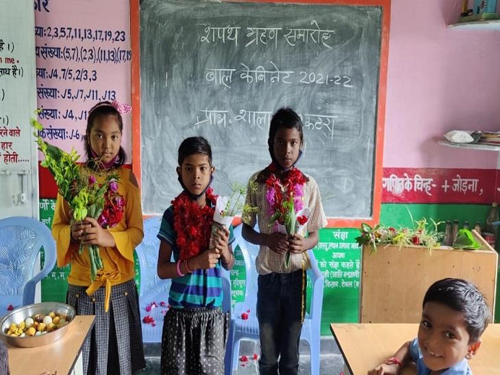 क्लास में चुनाव जीतने वाले बच्चे।