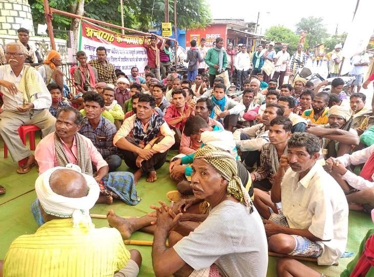 25 दिन से आंदोलन कर रहे 60 गांवों के लोग; MLA ने कहा- लोग जिला बनाने दिखा रहे टशन, ग्रामीण बोले- इनका चुनाव हारना निश्चित|जगदलपुर,Jagdalpur - Dainik Bhaskar