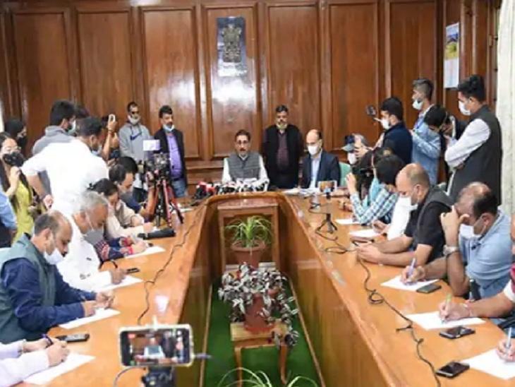 पत्रकारों से बातचीत करते विधानसभा अध्यक्ष विपिन सिंह परमार।