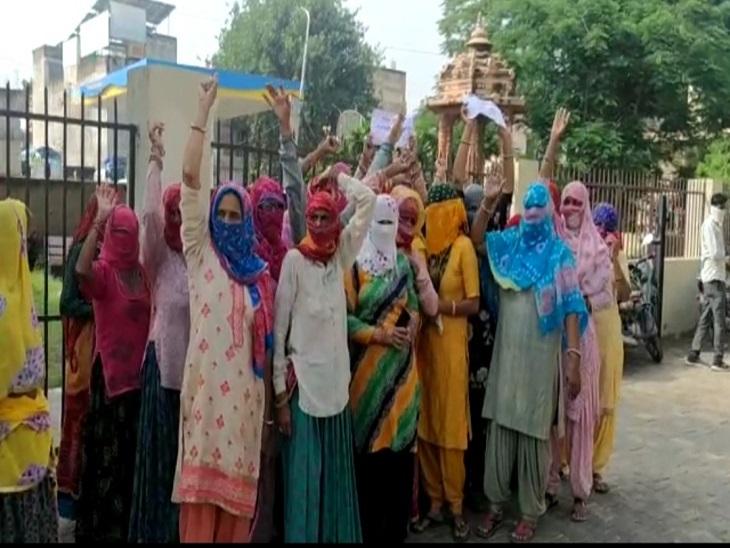 परिजनों ने की पारस हॉस्पिटल को बंद करवाने और दोषियों के खिलाफ मामला दर्ज करने की मांग,प्रदर्शन में बडी संख्या में महिलाएं शामिल|झुंझुनूं,Jhunjhunu - Dainik Bhaskar