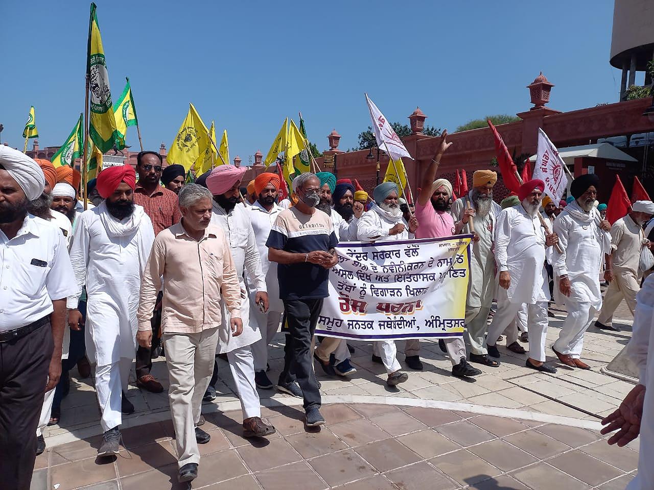 जलियांवाला बाग की तरफ मार्च निकालते हुए विभिन्न संस्थाओं के सदस्य।