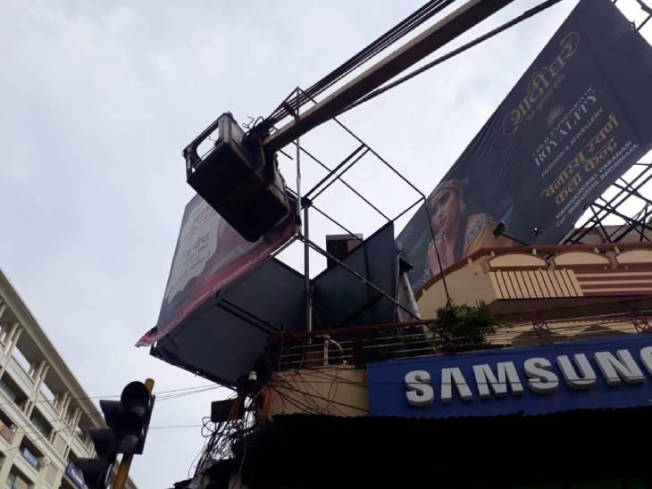 वाराणसी में अवैध विज्ञापन को हटाता नगर निगम।