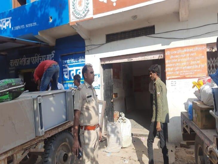 बड़ौदा ग्रामीण बैंक के शिफ्ट की सूचना पर पहले ग्रामीणों ने किया था विरोध, बैंक प्रबंधन ने एसपी से मांगी थी सुरक्षा, शिफ्ट करते समय तैनात रहा पुलिस जाब्ता|चित्तौड़गढ़,Chittorgarh - Dainik Bhaskar