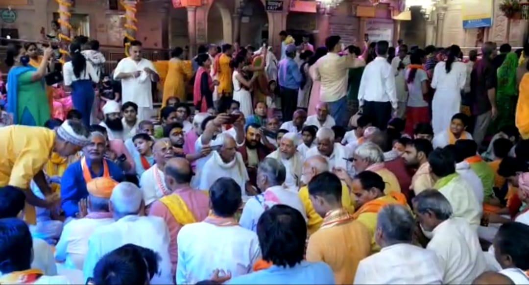बरसाना में हुआ राधारानी का अभिषेक , भक्तों ने भजन गा कर दी मंगल बधाई|उत्तरप्रदेश,Uttar Pradesh - Dainik Bhaskar