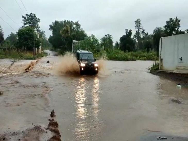 कांकेर में पिछले 3 दिनों से तेज बारिश के चलते पानी पुल के ऊपर बह रहा है।