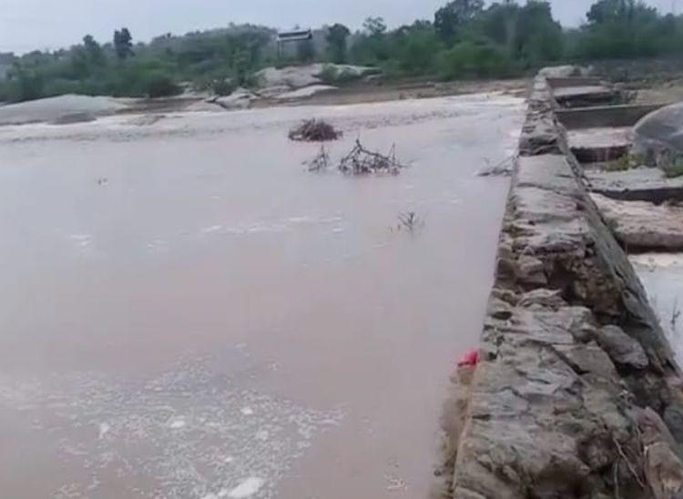 बेड़ा नदी में बहता पानी। - Dainik Bhaskar