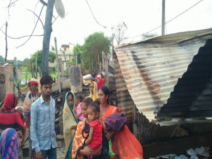 घर में सोया हुआ था परिवार, अचानक लगी आग से 15 घर जले; अनाज से लेकर मैट्रिक-इंटर के प्रमाण पत्र तक सब जलकर हुए राख बेगूसराय,Begusarai - Dainik Bhaskar