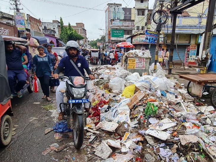 भागलपुर में सड़क पर चलना हुआ मुश्किल, सड़क पर एक तरफ कचरा का अंबार, दूसरी तरफ बुडको का गड्ढा बिहार,Bihar - Dainik Bhaskar
