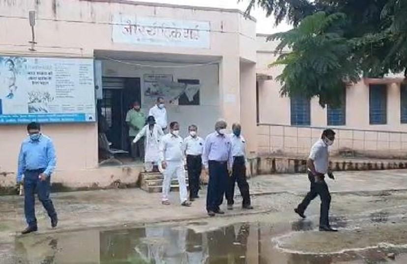 कोरोना को लेकर ICU की मॉक ड्रिल में पहुंचे थे एमजी हॉस्पिटल, आईसीयू के सामने भरा था गंदा पानी, बचने के लिए लगाई छलांग|बांसवाड़ा,Banswara - Dainik Bhaskar