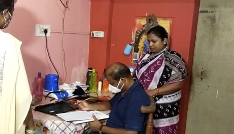 आंगनबाडी कार्यकर्ता कबिता मथन (दाएं) के घर की तलाशी लेती विजिलेंस की टीम।