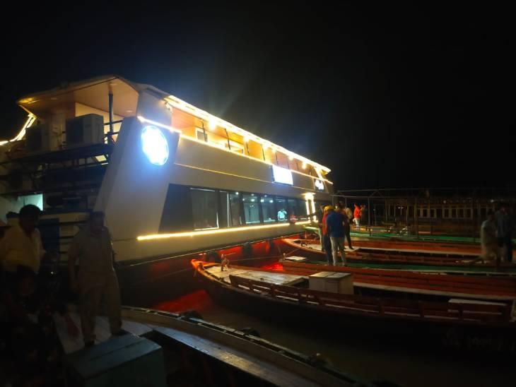 यात्रियों को गंगा दर्शन कराकर लौट रही अलकनंदा क्रूज तेज हवा के कारण वाराणसी स्थित अस्सी घाट पर नाव से टकराई। - Dainik Bhaskar