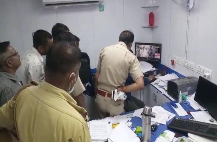 पुलिस सीसीटीवी फुटेज देखते हुए।
