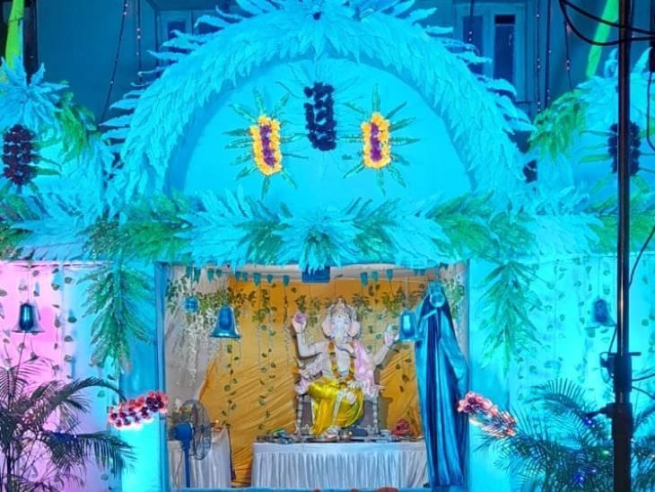 दमोह के केंद्रीय सहकारी बैंक परिसर में भगवान श्री गणेश जी की प्रतिमा स्थापति की गई। यहां पर करीब 40 साल से गणेश प्रतिमा स्थापित की जा रही है। कोरोन गाइडलाइन के तहत प्रतिमा का छोटा रखा गया है।