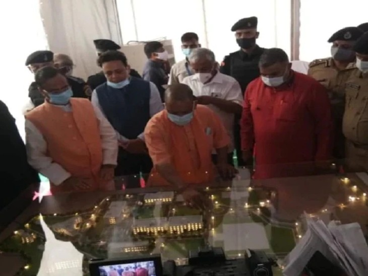 राजा महेंद्र प्रताप सिंह यूनिवर्सिटी का मॉडल देखते मुख्यमंत्री योगी आदित्यनाथ।