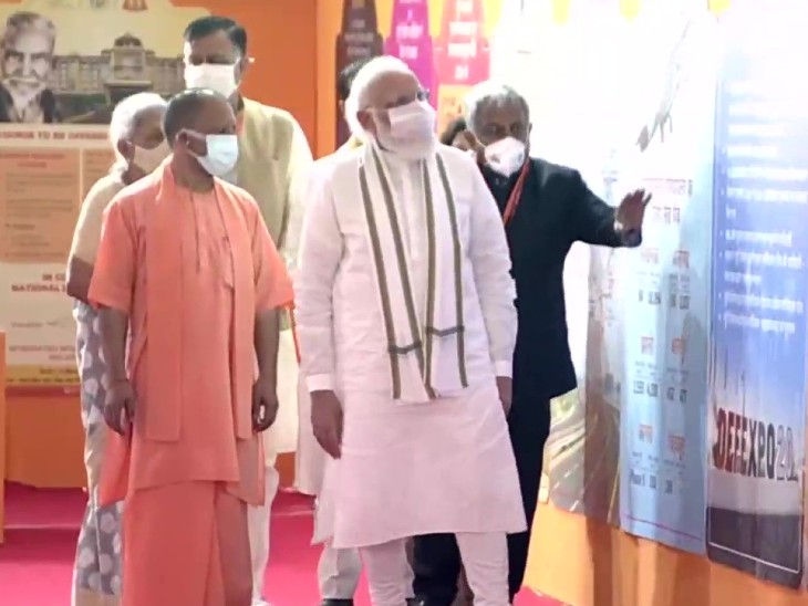 राजा महेंद्र प्रताप सिंह स्टेट यूनिवर्सिटी के बारे में जानकारी लेते प्रधानमंत्री मोदी।