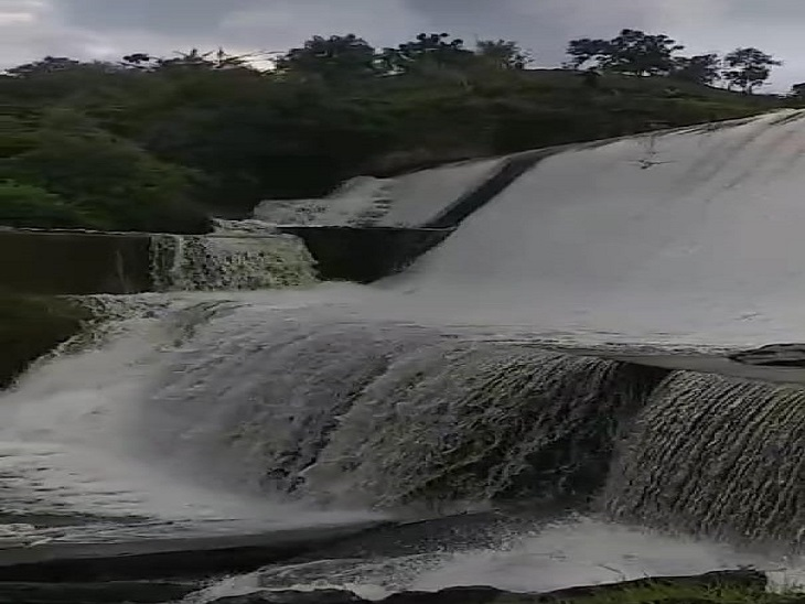 बड़ा मदार से तेजी से निकलता पानी। - Dainik Bhaskar