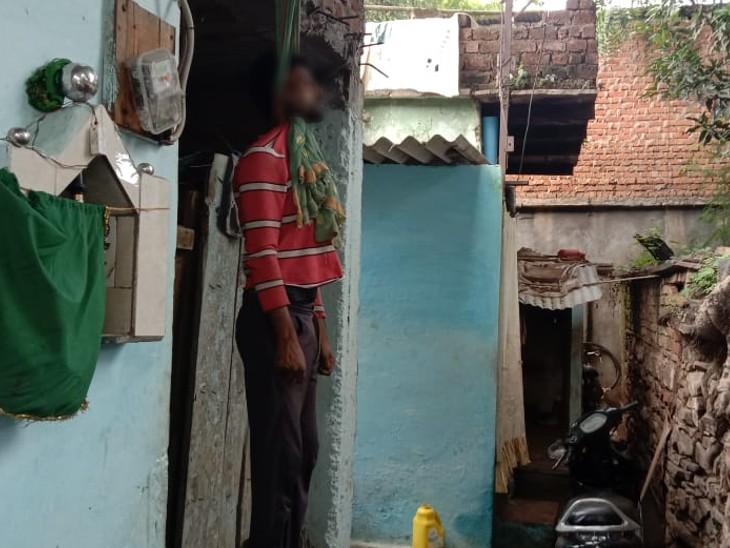 युवक ने घर के दरवाजे पर लगाई फांसी। - Dainik Bhaskar