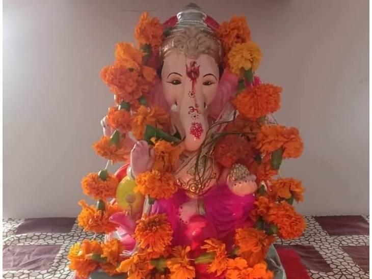 सतना में कोरोना गाइडलाइन और सोशल डिस्टेंसिंग का पालन करते हुए गणेश प्रतिमा की स्थापना की गई है। सतना के करसरा गांव में विराजित भगवान गणेश जी की खूबसूरत मूर्ति।