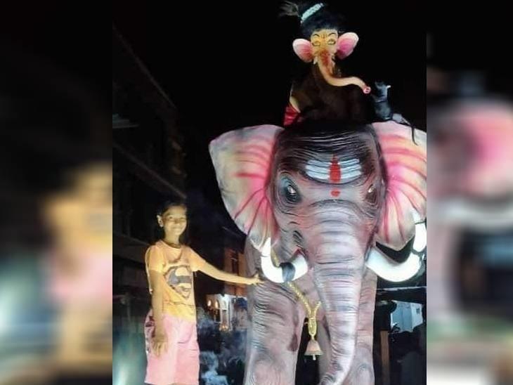 रायसेन शहर के वार्ड नंबर 10 गंज बाजार हनुमान मंदिर के पास लगी झांकी आकर्षण का केंद्र है। यहां पर एक हाथी पर भगवान गणेश विराजित हैं।