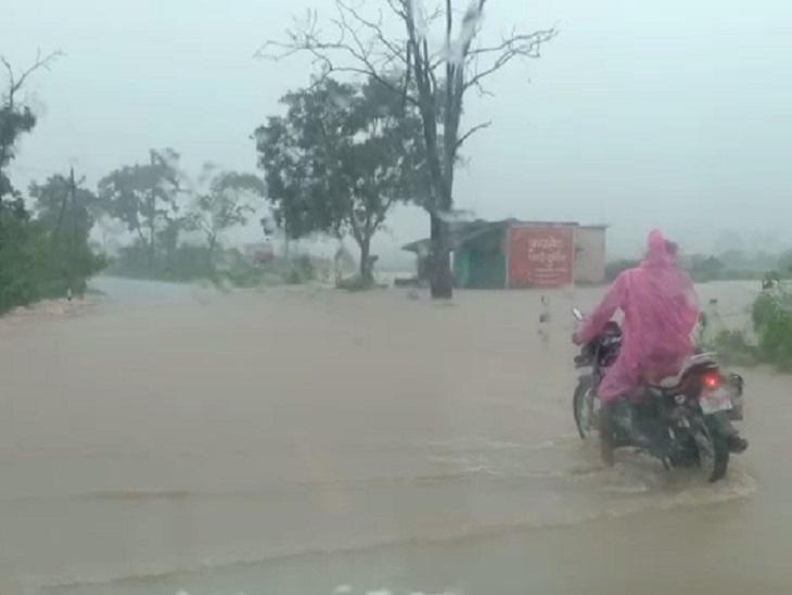 नेशनल हाइवे पर बसे मालगांव और पंटोरा में सड़क पर पानी बहने लगा।