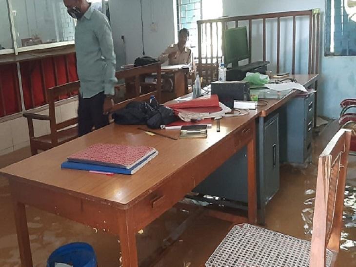राजिम के व्यवहार कोर्ट परिसर में 2 से 3 फीट पानी भर गया है। कर्मचारी वहां से फाइलें हटाने में जुटे हैं। इसके चलते पक्षकारों की सुनवाई बंद है।