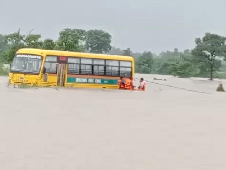कॉलोनियों में जलभराव, चिखली नदी में फंसे 2 ग्रामीणों को 6 घंटे में SDRF ने किया रेस्क्यू; राजिम में व्यवहार कोर्ट में घुसा पानी, सुनवाई प्रभावित|छत्तीसगढ़,Chhattisgarh - Dainik Bhaskar