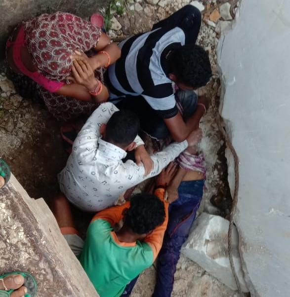 पत्थर को खिसकाने के बाद मृत मिले मजदूर के समीप विलाप करते परिजन।