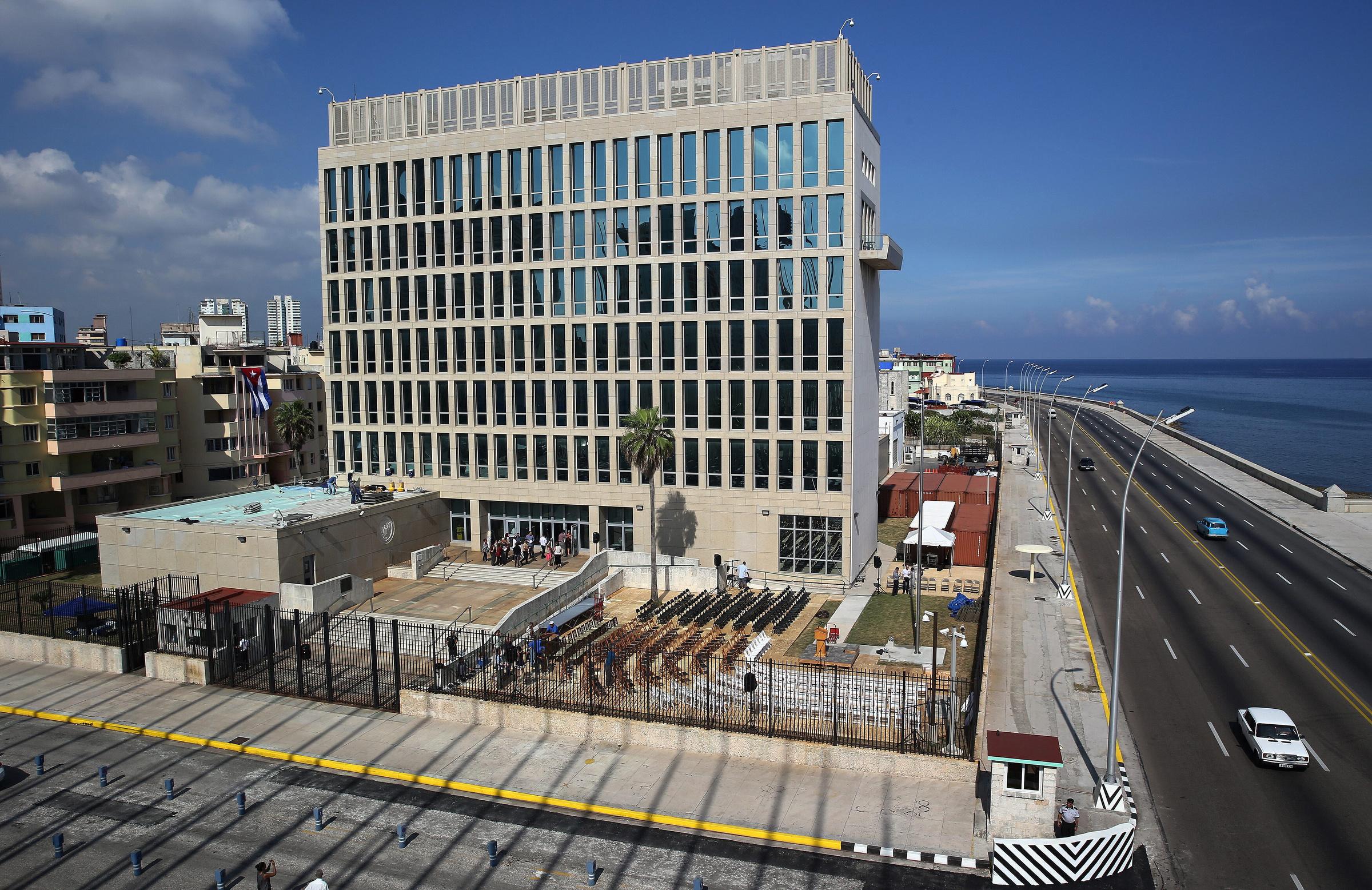 क्यूबा की राजधानी हवाना में स्थित अमेरिकी दूतावास में अजीबोगरीब आवाजें सुनकर करीब 2 दर्जन कर्मचारी बीमार पड़ गए थे।