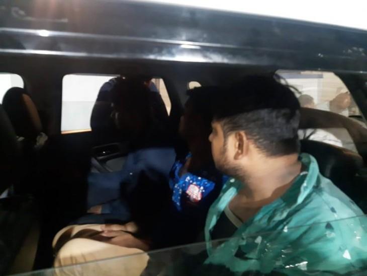 राठ के सराफा व्यापारी का सोना लेकर भागे कारीगर ; जयपुर भागने से पहले झांसी में पकड़े, पुलिस ने सर्विलांस से ट्रेस की लोकेशन|झांसी,Jhansi - Dainik Bhaskar