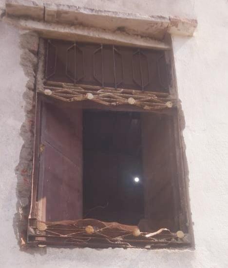 मकान की खिड़की काटकर चोर अंदर घुसे। - Dainik Bhaskar