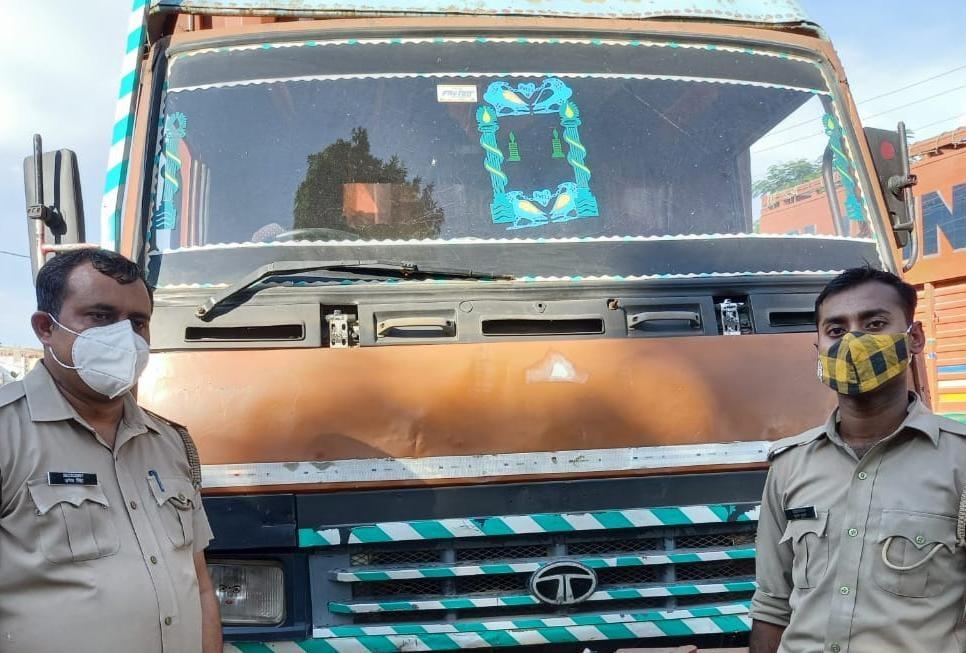 अयोध्या में वध के लिए जा रहे गोवंश लदे इस डीसीएम को अयोध्या के इनयातनगर पुलिस ने पकड़ा जिसमें 19 गोवंश लादे गए थे - Dainik Bhaskar