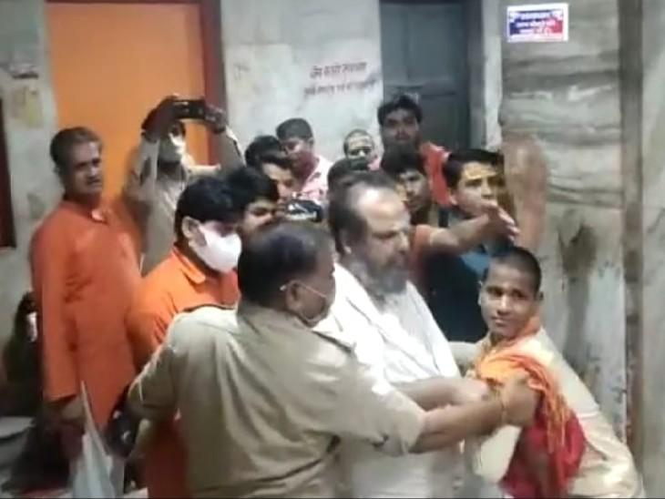 पहले प्रसाद चढ़ाने को लेकर दोनों संतों में हुई अनबन फिर शिष्यों के बीच पुलिस के सामने जमकर मारपीट-गाली-गलौज, भक्तों ने वीडियो बनाकर किया वायरल|कानपुर,Kanpur - Dainik Bhaskar