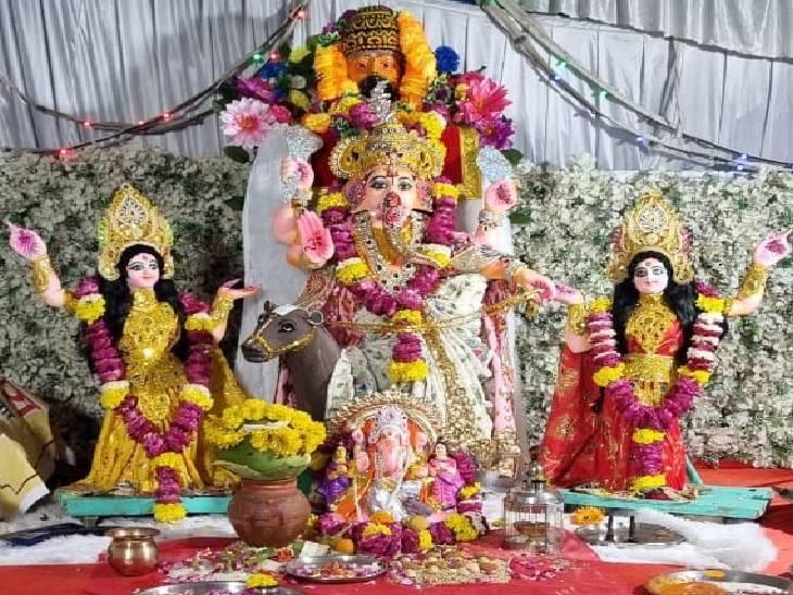 इंदौर में रिद्धि सिद्धि गणेश पूजा उत्सव समिति (युवा संग) ने इस बार कोरोना गाइडलाइन को देखते हुए छोटे गणेश जी की प्रतिमा विराजमान किया है। संस्था के उत्तम डे ने बताया कि प्रतिमा 4 फीट की है। जिसमें गणेश जी के साथ खाटू श्याम जी भी विराजित हैं।