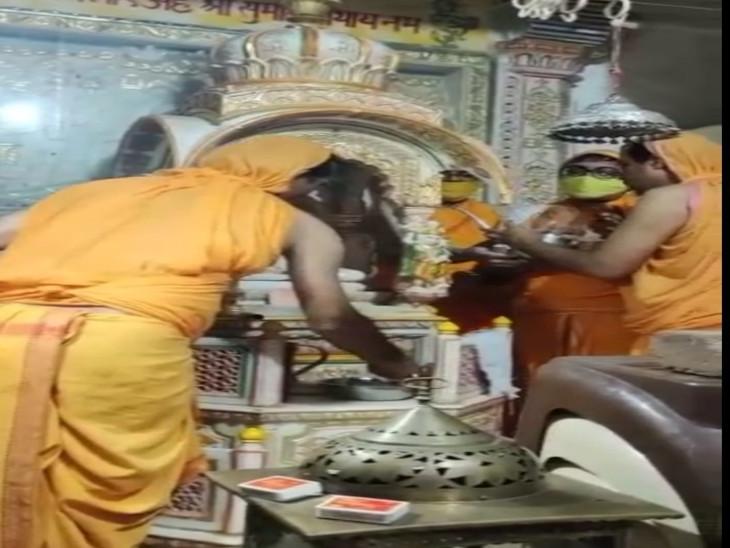 मंदिर में अभिषेक करते साधक - Dainik Bhaskar