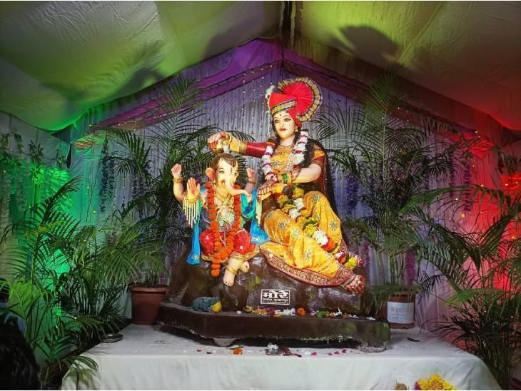 खंडवा के नवचंडी धाम मंदिर परिसर में गणेशजी की प्रतिमा विराजित है। यहां पंडाल की आकर्षक साज-सज्जा की गई है। प्रतिमा में मां पार्वती भगवान गणेश को स्नान करा रही है। रोजाना सैंकड़ों श्रद्धालु नवचंडी धाम पर दर्शन करने आ रहे हैं।