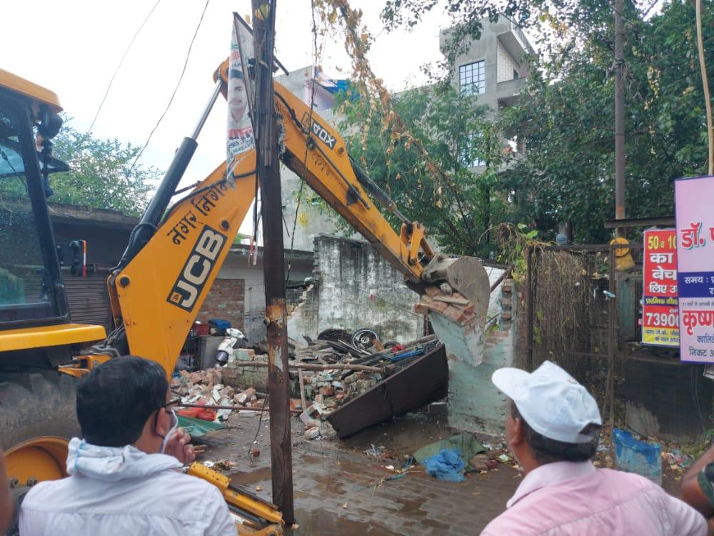अभियान के दौरान स्थानीय लोगों ने किया जमकर विरोध, लगाए सरकार विरोधी नारे, हंगामे के बावजूद ढहाये गये अवैध निर्माण|कानपुर,Kanpur - Dainik Bhaskar