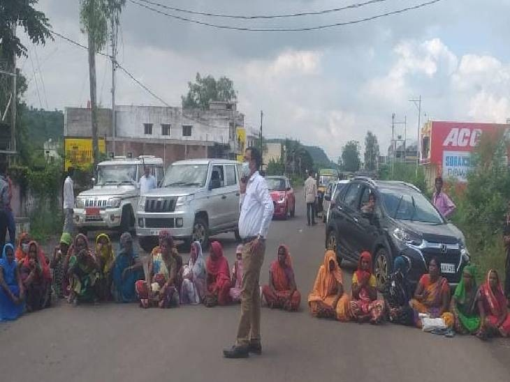 रोड़ पर चक्काजाम करती महिलाएं - Dainik Bhaskar