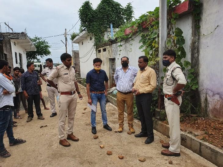 वारदात स्थल पर जांच करती हुई पुलिस टीम। - Dainik Bhaskar