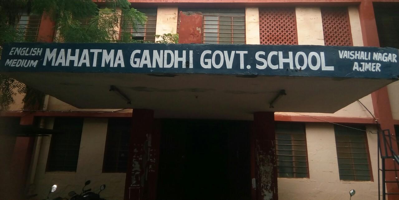 इनमें भी 16 गर्ल्स स्कूल, गांव में नहीं दूसरा स्कूल; अब हिन्दी में पढ़ाई करने वाली बेटियां कहां जायेंगी|बीकानेर,Bikaner - Dainik Bhaskar