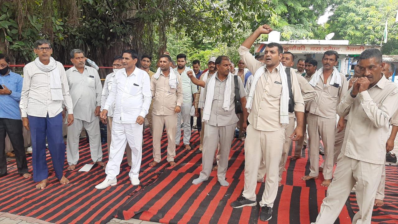 प्रदेश में रोडवेज कर्मचारियों ने दो घंटे किया प्रदर्शन, पंजाब के CM कैप्टन अमरिंदर सिंह के नाम GM के जरिए भेजा ज्ञापन रेवाड़ी,Rewari - Dainik Bhaskar