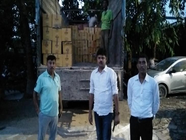 जब्त शराब के साथ सादे लिबास में पुलिस । - Dainik Bhaskar