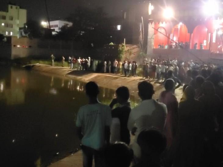 तालाब के पास जुटी भीड़। - Dainik Bhaskar