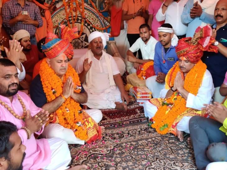 हनुमानगढ़ी मंदिर में बैठकर सिसोदिया-संजय सिंह ने हनुमान चालीसा का पाठ किया।