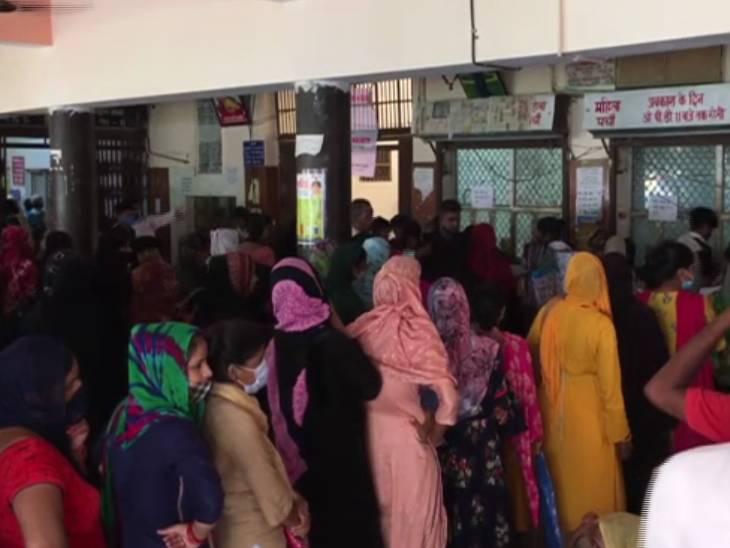 मेरठ मेडिकल कॉलेज में बुखार से पीड़ित मरीजों की लंबी लाइन।